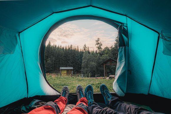 Pas na 17 uur kun je je tent plaatsen in het woud van Saint-Hubert, om 9 uur de volgende ochtend moet je weer weg zijn