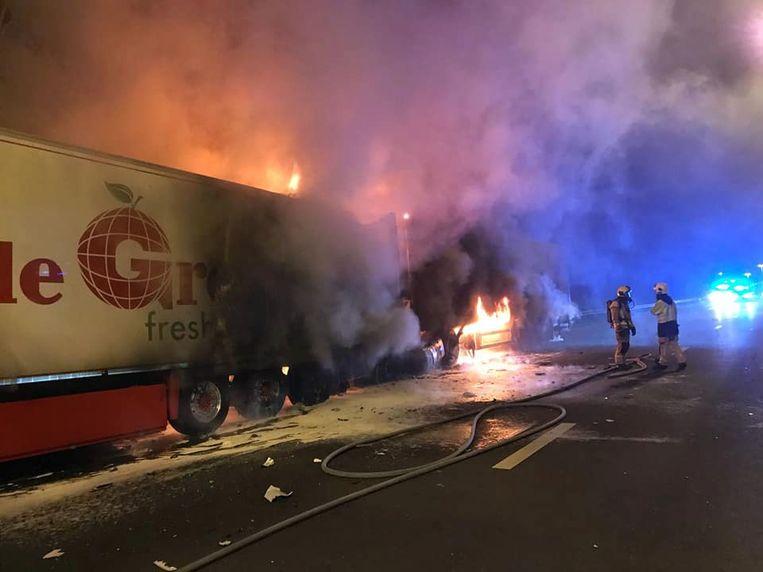 In één van de twee vrachtwagens die vuur vatten, kwam de bestuurder om het leven.