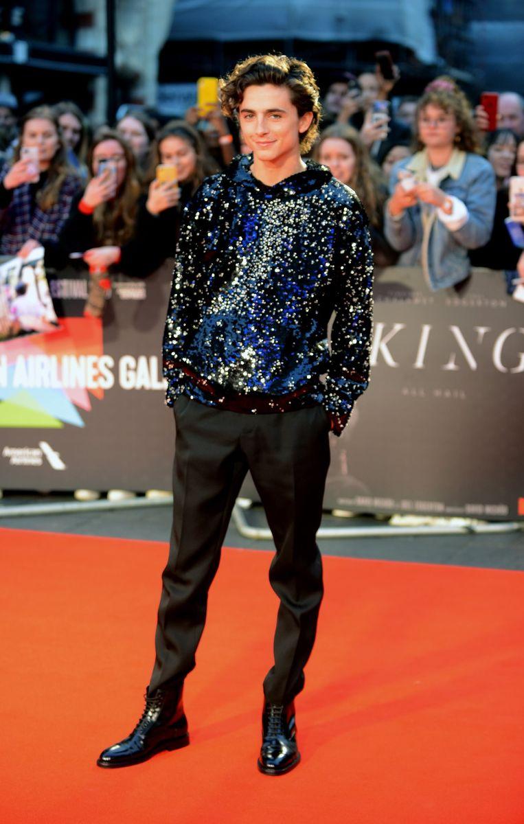 Timothee Chalamet koos voor een hoodie met glitters op de première van The King in Londen.