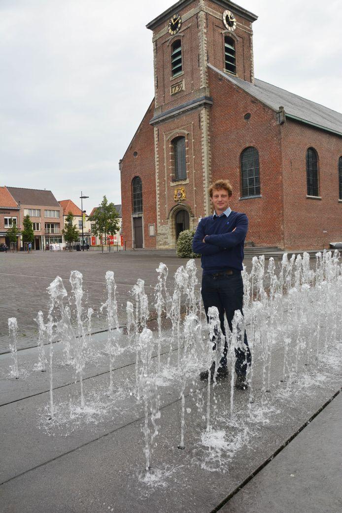 Zaakvoerder Sam Storme bij een van de creaties van Aquafontal: de fontein op het Marktplein in Ingelmunster.