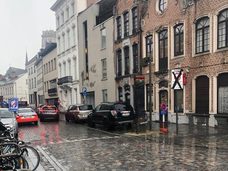 De signalisatie in de Frederik de Merodestraat zorgde voor verwarring. Wie als gevolg daarvan een overtreding beging, zal geen boete moeten betalen.