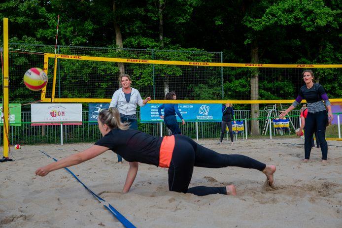 Beachvolleyballen bij Aiolos in Nijmegen.