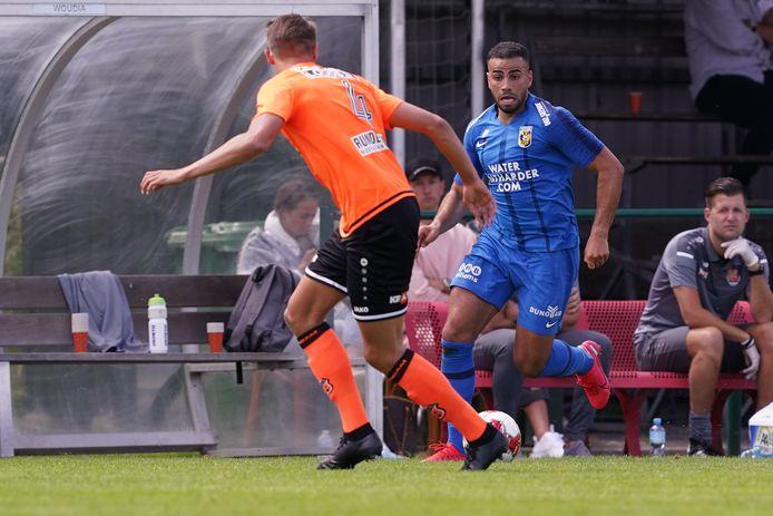Vitesse-voetballer Oussama Tannane zoekt een tegenstander op in het oefenduel met FCVolendam.