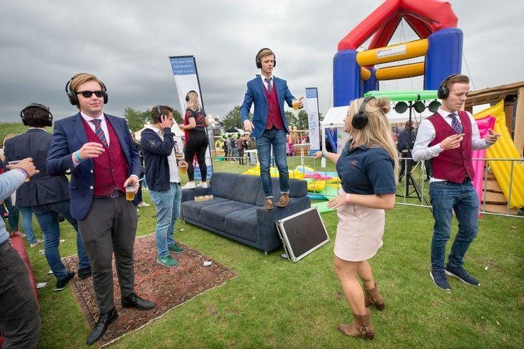 Leden van studentenvereniging Phileas Fogg presenteren zich aan de nieuwe eerstejaars studenten op het HBO Introfestival in Breda Beeld Beeld Hollands Hoogte