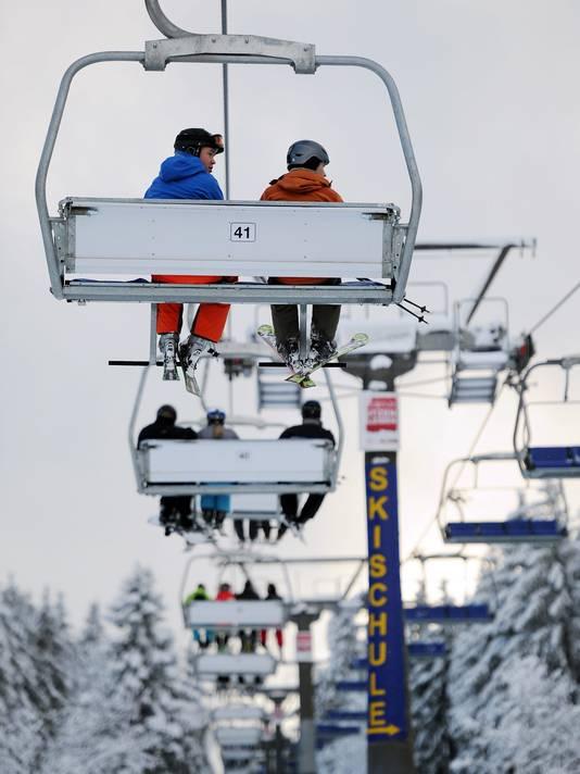 Skiërs in een skilift in Winterberg op archiefbeeld, foto ter illustratie.