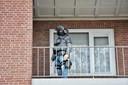 Arrestatieteam valt binnen op een adres in Tilburg om een man aan te houden.