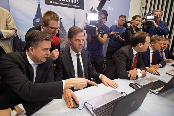 Bij de lancering mochten de fractievoorzitters als eerste de StemWijzer invullen. Achter de laptop zit premier Mark Rutte. Links van hem Emile Roemer van de SP en rechts Lodewijk Asscher van de PvdA. ANP