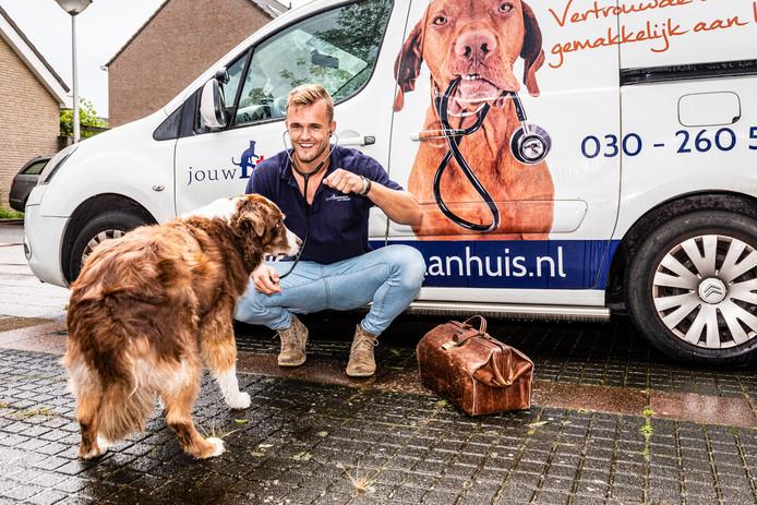 Alphense dierenarts Pim Hegeman bij de bus waar hij dagelijks mee rijdt.