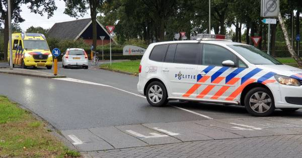 Fietser gewond na botsing met auto op kruising in Enschede.