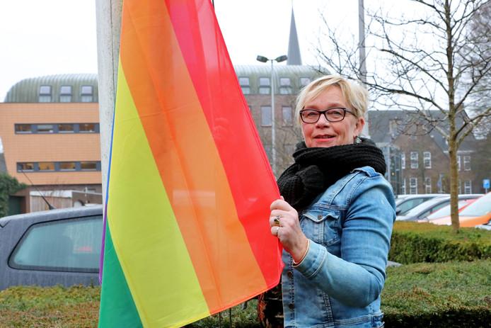 Wethouder Arja ten Thije hijst de regenboogvlag uit protest tegen de Nashville-verklaring.