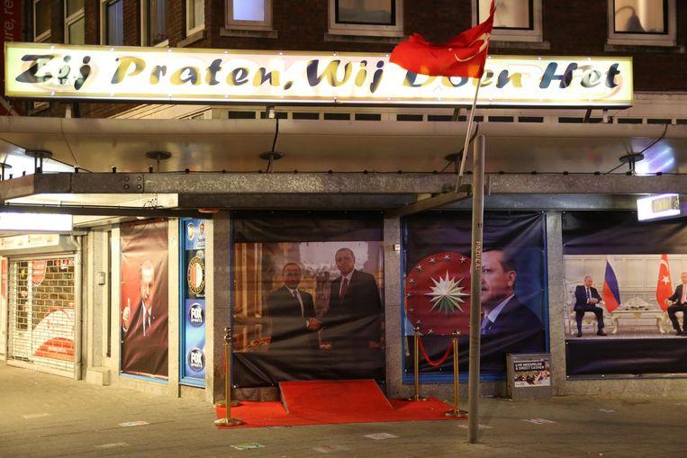 De politie heeft posters met de beeltenis van de Turkse president Recep Tayyip Erdogan verwijderd uit de etalage van een pand in Rotterdam. Beeld anp