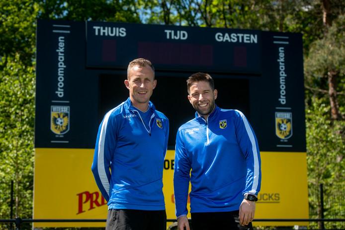 Tim Cornelisse (l) als trainer van de jeugd van Vitesse.