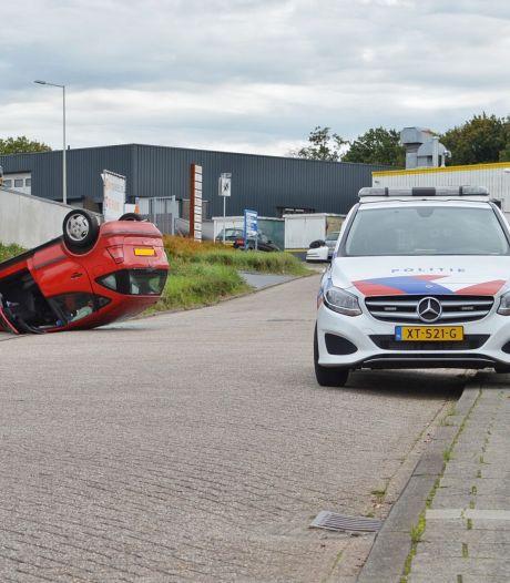 Auto ondersteboven op Slingerweg in Bergen op Zoom