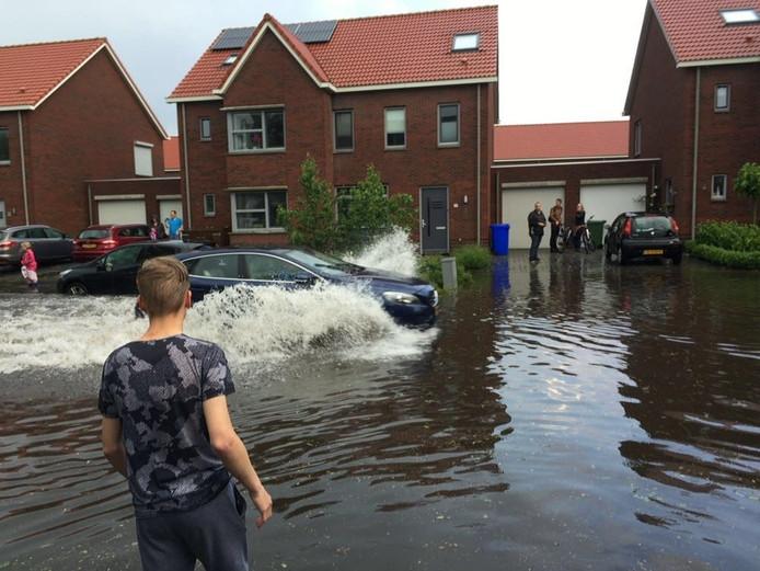 Overstroomde straten in Veldhoven, hier in De Buizerd