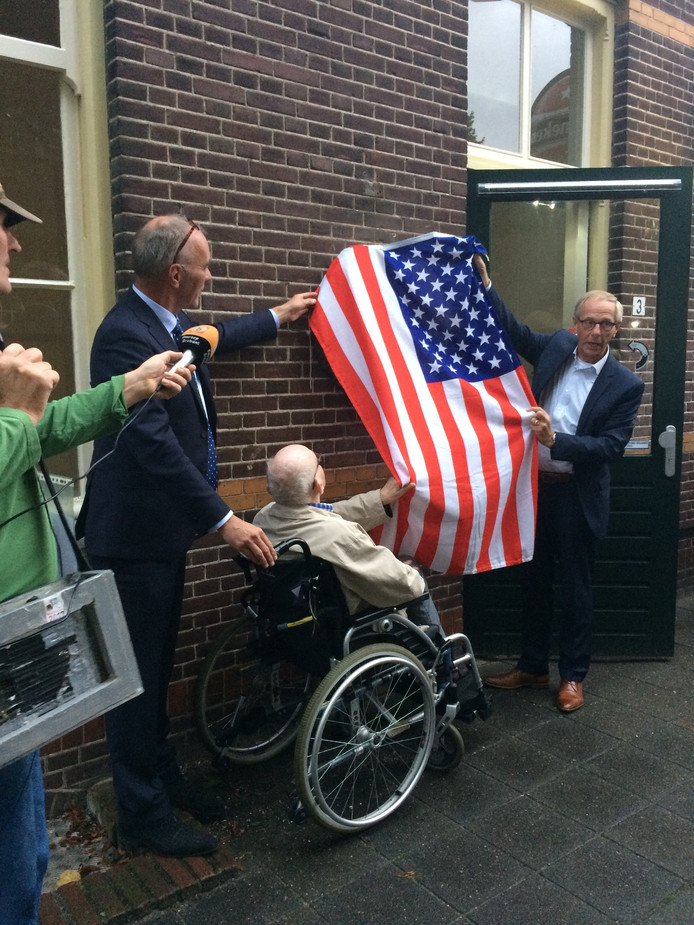 Onthulling van plaquette voor Frank DiPalma door van links naar rechts Jaap de Bruin (voorzitter raad van bestuur Prisma), de oudste bewoner van Landpark Assisië Henk Dekkers en Johan van den Brand (wethouder Haaren).