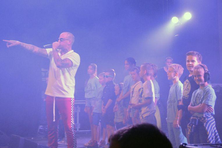 Enkele kinderen mochten het optreden van Jebroer van erg dichtbij meemaken.
