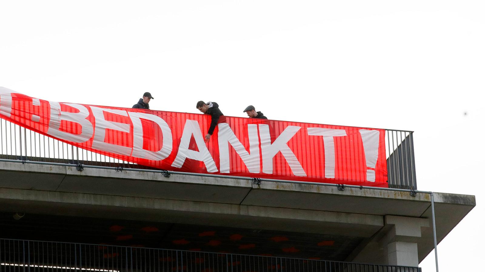 Het spandoek van de fans van FC Utrecht eert het zorgpersoneel met een welgemeend bedankt.