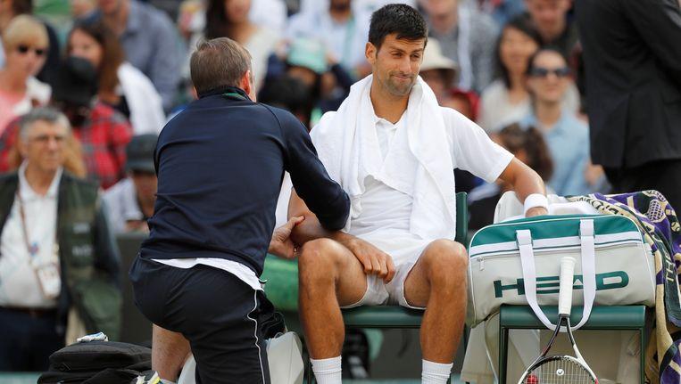 Djokovic had last van een blessure aan de elleboog