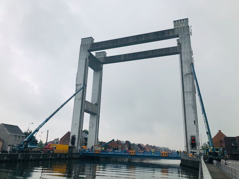 De opvallend blauw geverfde brug zit terug op haar plaats.