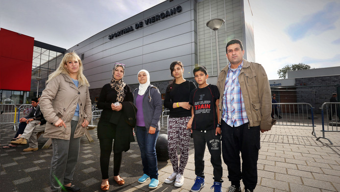 Vluchtelingen bij sporthal De Viergang.