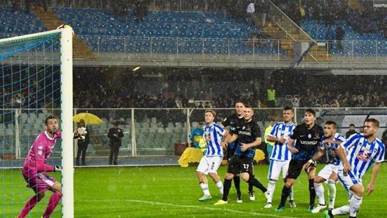 Mattia Caldara (Atalanta) kopt de winnende treffer binnen tegen Pescara Beeld EPA