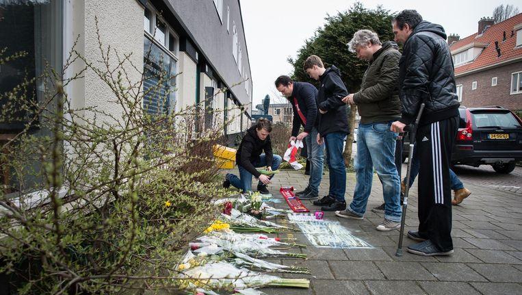 Na het overlijden van Johan Cruijff veranderde de stoep voor zijn ouderlijk huis in Betondorp in een bloemenzee. Beeld Mats van Soolingen