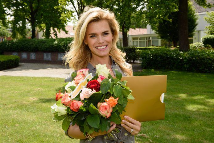 Nicolette van Dam met een cheque van de PostCodeLoterij