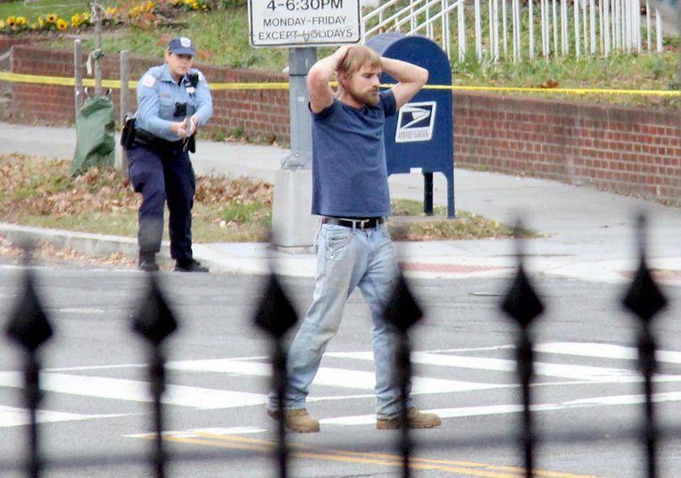 Maddison Welch wordt gearresteerd na een gewapende inval in de pizzeria. Beeld AP