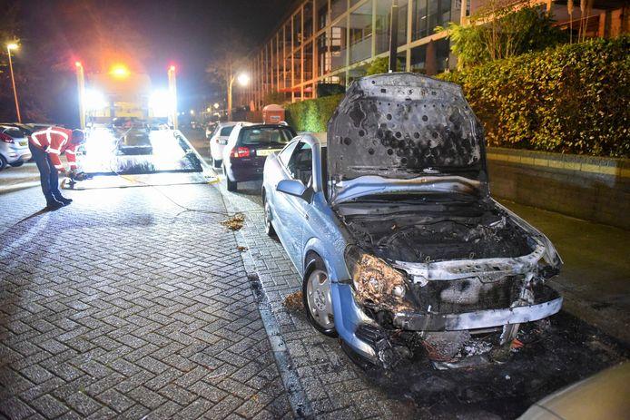 De auto in de Utrechtse wijk Lunetten brandde uit.
