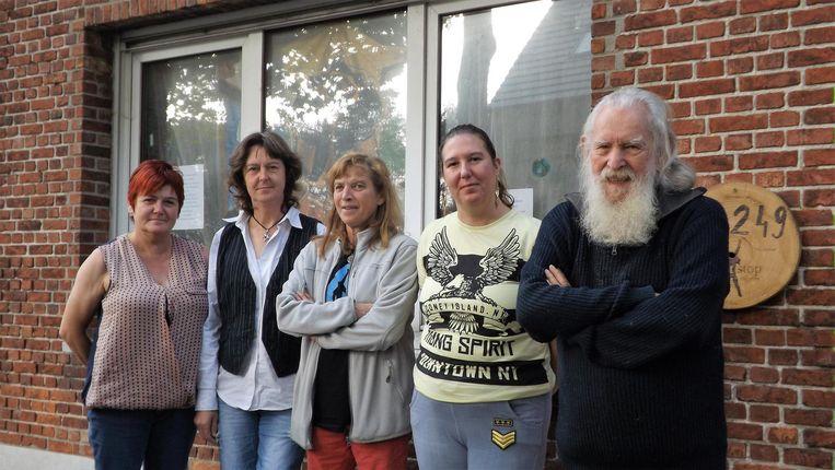 """Maria Smeyers, Karine Van Vlasselaer, Nora Offeciers, Ilse Van Ballaert en Wim Offeciers. """"We zijn niet tegen het festival, maar willen een aantal problemen aankaarten.""""."""