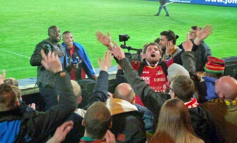 Presentator Simba Mhere samen met voetballer Andile Jali terwijl het publiek hen toeroept.