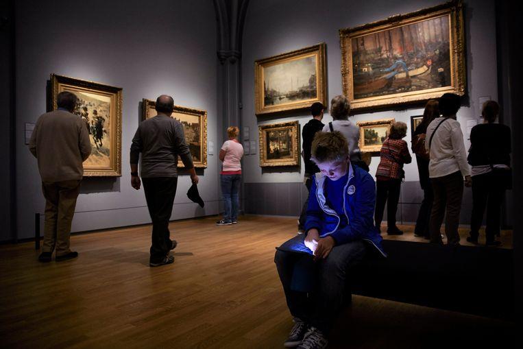 Met de iPad door het Rijksmuseum. Beeld Hollandse Hoogte / Jaco Klamer