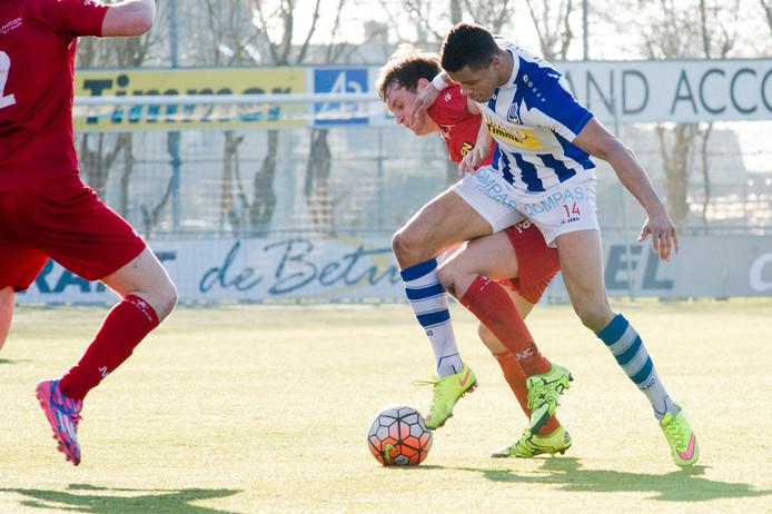 Simon van  Zeelst (links), hier nog spelend voor JVC Cuijk, duelleert tegen FC Lienden.