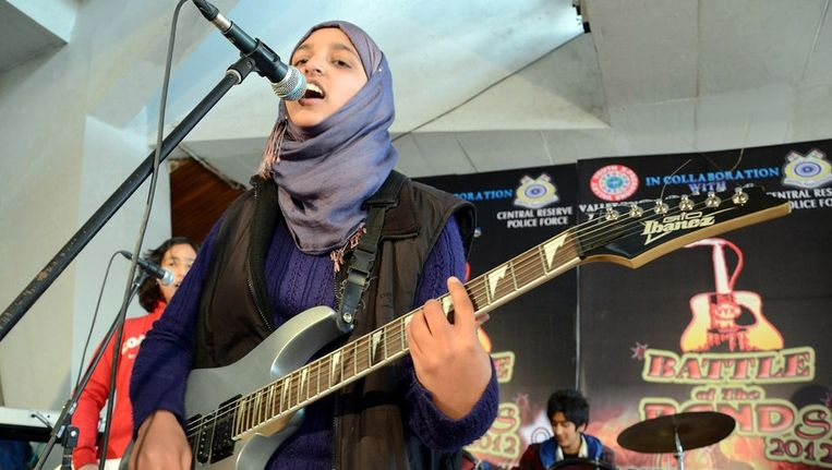 De meidenband Pragaash van de scholieres Noma Nazir, Farah Deeba en Aneeka Khalid. Beeld afp