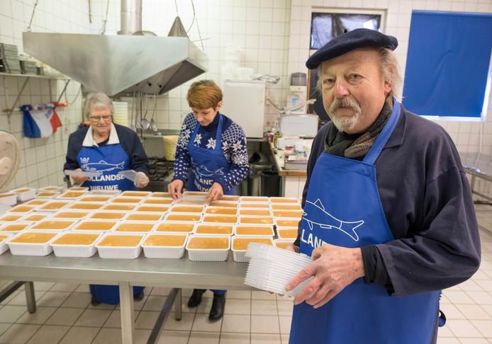 Co Hogerheijde bij zijn afscheid in maart in zijn vishandel aan de Hoge Molenstraat. Links op de achtergrond zijn vrouw Marieke en naast haar medewerkster Yvonne Tiggman.