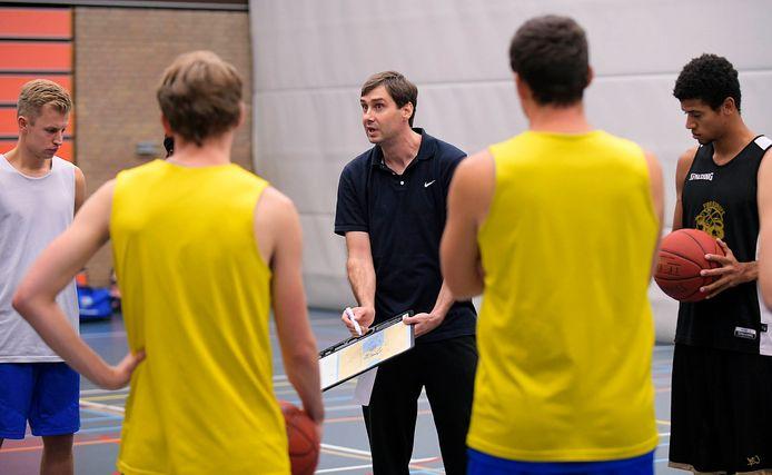 River Trotters-coach Muris Agic instrueert zijn spelers tijdens de training.