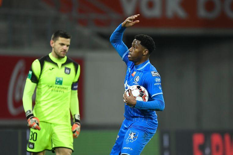 Jonathan David zette een strafschop om voor AA Gent.