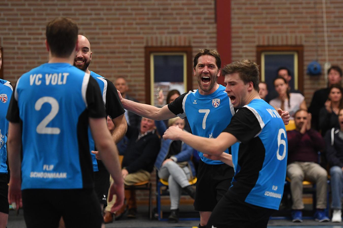 De volleyballers van het eerste team van Volt vieren een punt.