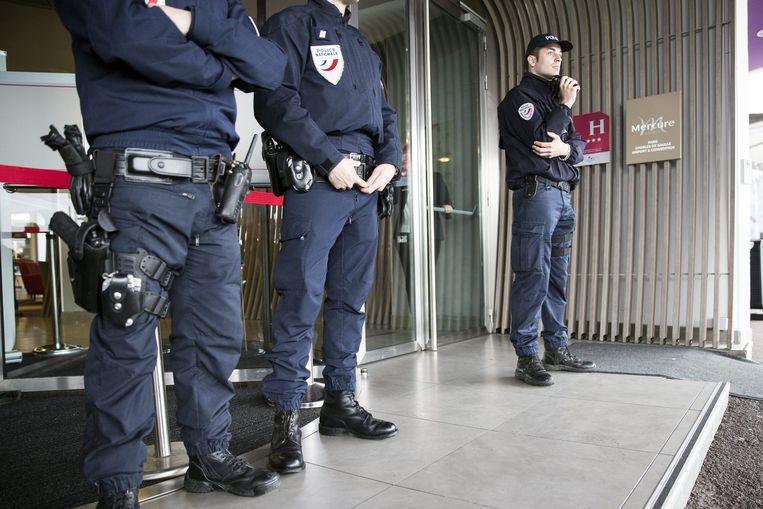 Politie voor het Mercure hotel naast de luchthaven van Charles De Gaulle, waar familieleden van inzittenden worden opgevangen.