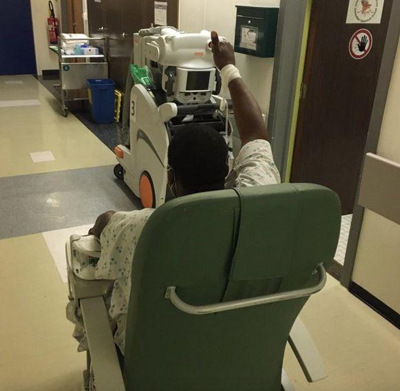 De eerste Covid-19-patiënt van het UZ Brussel die mechanisch beademd moest worden, is inmiddels aan de beterhand, tweette dr. Manu Malbrain.