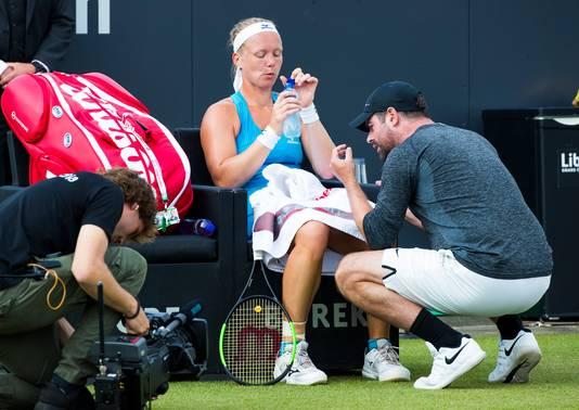 De Nederlandse Kiki Bertens in gesprek met haar coach , Raemon Sluiter.