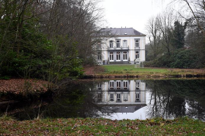 Het landhuis op Wolfslaar met op de voorgrond een waterpartij.