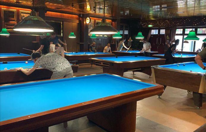 In Pool Café Oké in Dordrecht mag je vanwege de coronamaatregelen wel poolen, maar niets drinken.