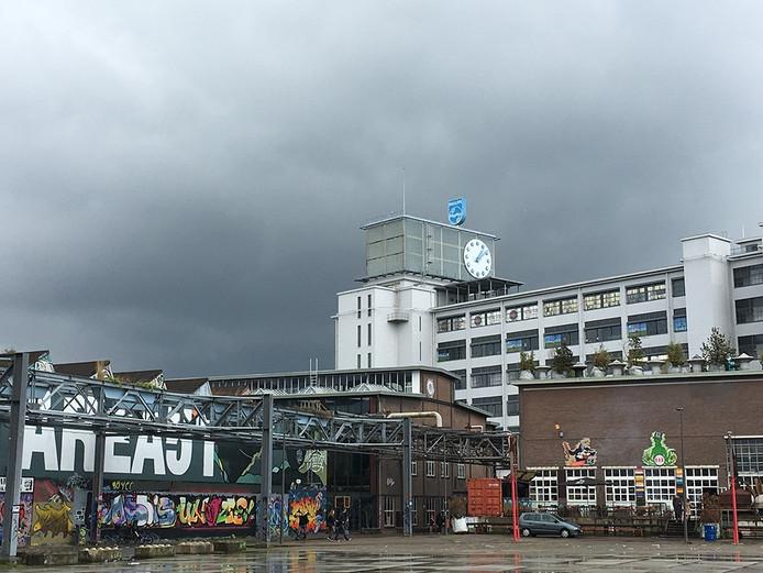 Dreigende lucht boven het Klokgebouw op Strijp-S in Eindhoven.