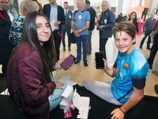 'Meer gemeenten zouden brugklasser gratis smartphone moeten geven'