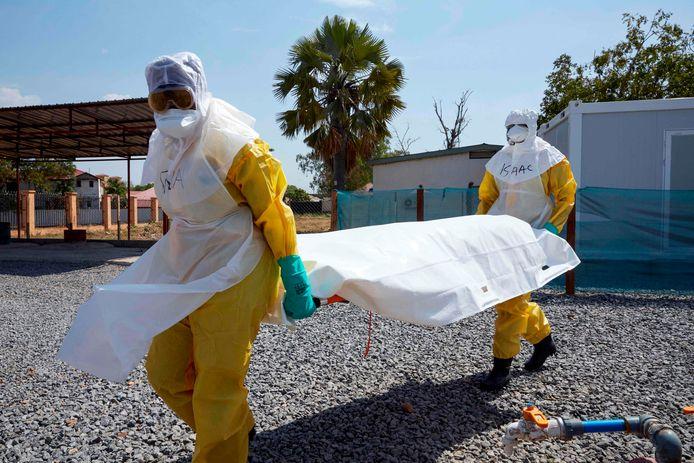 Een oefening van ebolabestrijders zoals die op verschillende plekken in Afrika worden gehouden, hier in Zuid-Soedan. De lokale bevolking snapt onvoldoende wat er aan de hand is en de gekste geruchten doen al snel de ronde.