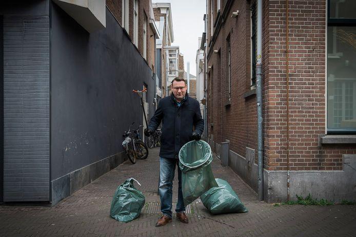 Richard de Mos ruimt afval op.