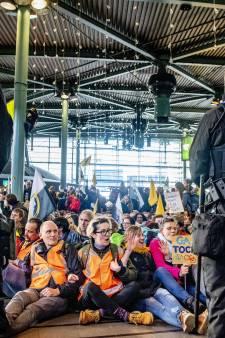 26 activisten Greenpeace opgepakt bij klimaatprotest Schiphol