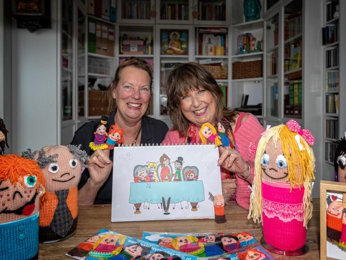 Carla Hofland schreef het boek De Kleine Vriendjes Club. Riny Roukens (links) verzorgde de vormgeving en de illustraties.