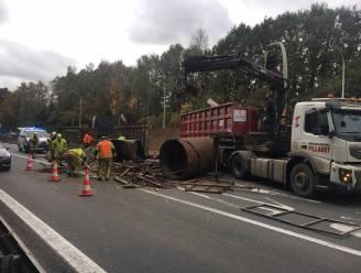 Vrachtwagen recyclagebedrijf verliest container oude metalen op Kortrijkse ring